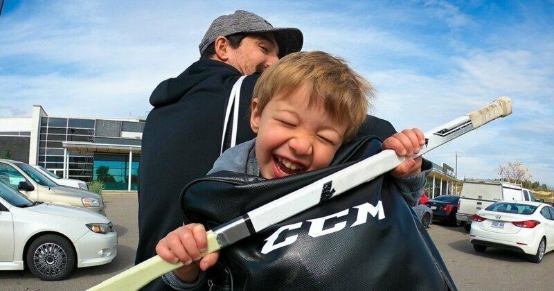 Отец отправил сына на хоккей с микрофоном и посмеялся от души канада, каток, микрофон, разговор, ребенок, спорт, хоккей
