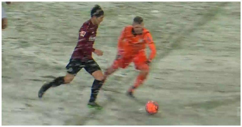 Снегопад помешал футболисту забить мяч в пустые ворота видео, повезло, снег, снегопад, спорт, футбол, чемпионат германии