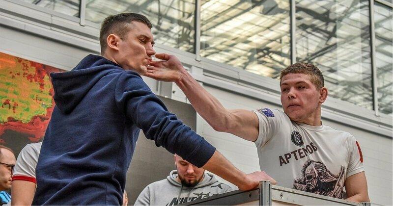 Дать леща: в Красноярске прошел чемпионат по пощечинам среди мужчин