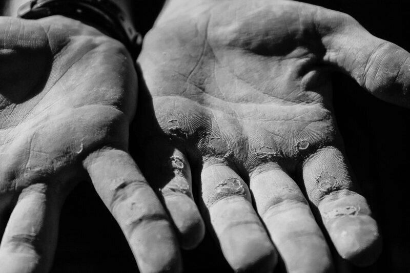 Руки тяжелоатлета конечности. руки, ноги. сила воли, спорт, спортсмены, цена победы