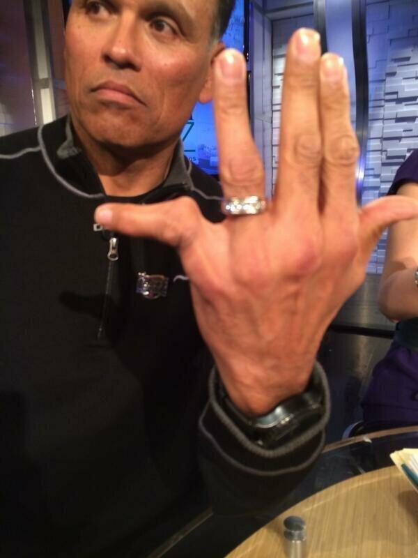 И руки. Энтони Муньос, бывший нападающий НФЛ (американский футбол)
