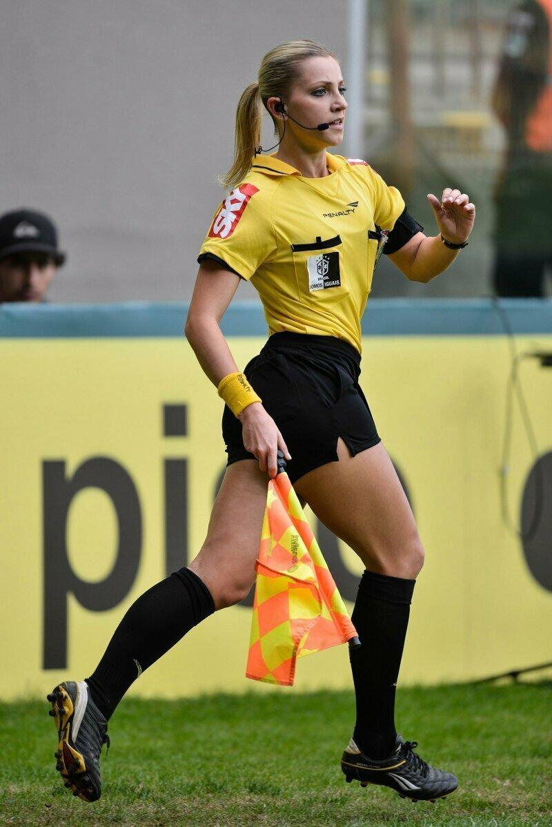 Девушка-рефери пошутила над футболистом, достав вместо карточки носовой платок спорт, троллинг, фернанда коломбо, футбол, штрафная карточка