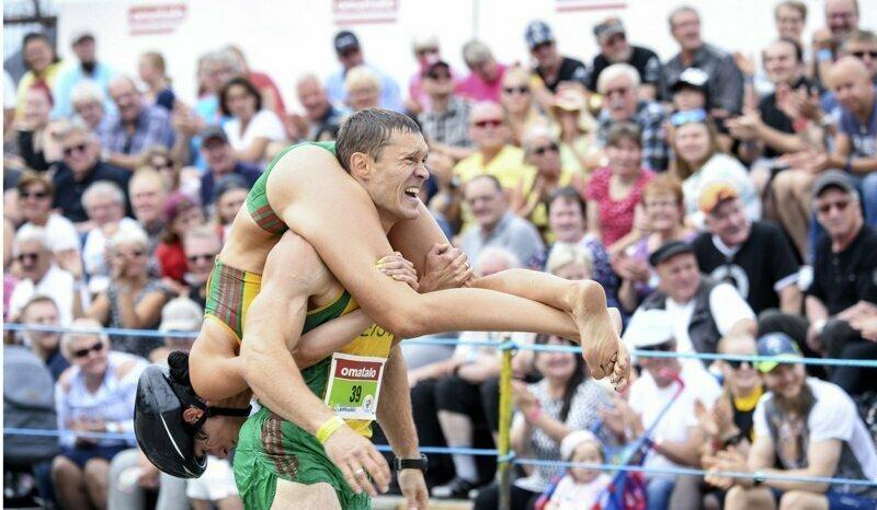 Мужчина победил в забеге с женой на шее и получил приз, который оценят многие видео, прикол, семья, спорт, финляндия, чемпионат
