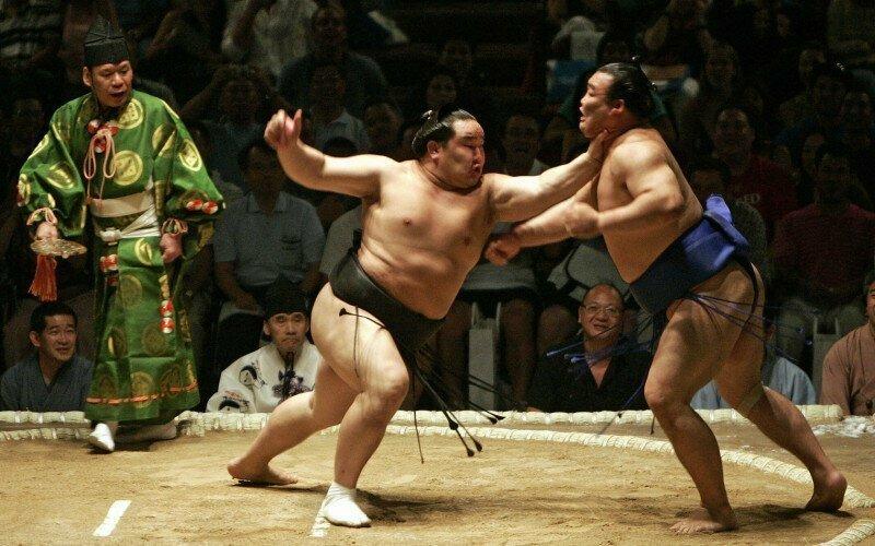Сумо — это борьба. Бить кулаками или ногами нельзя — но есть лайфхак интересно, спорт, сумо, факты
