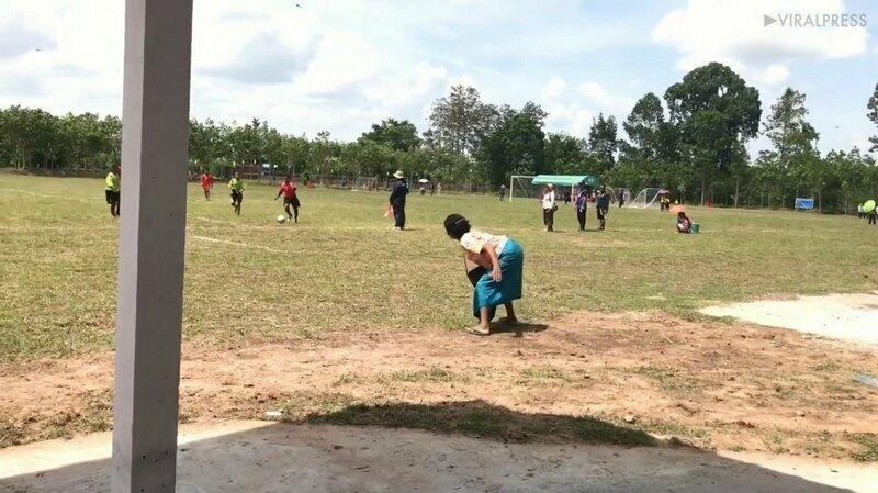 Самый лучший болельщик: бабушка эмоционально поддержала внука во время футбольного матча