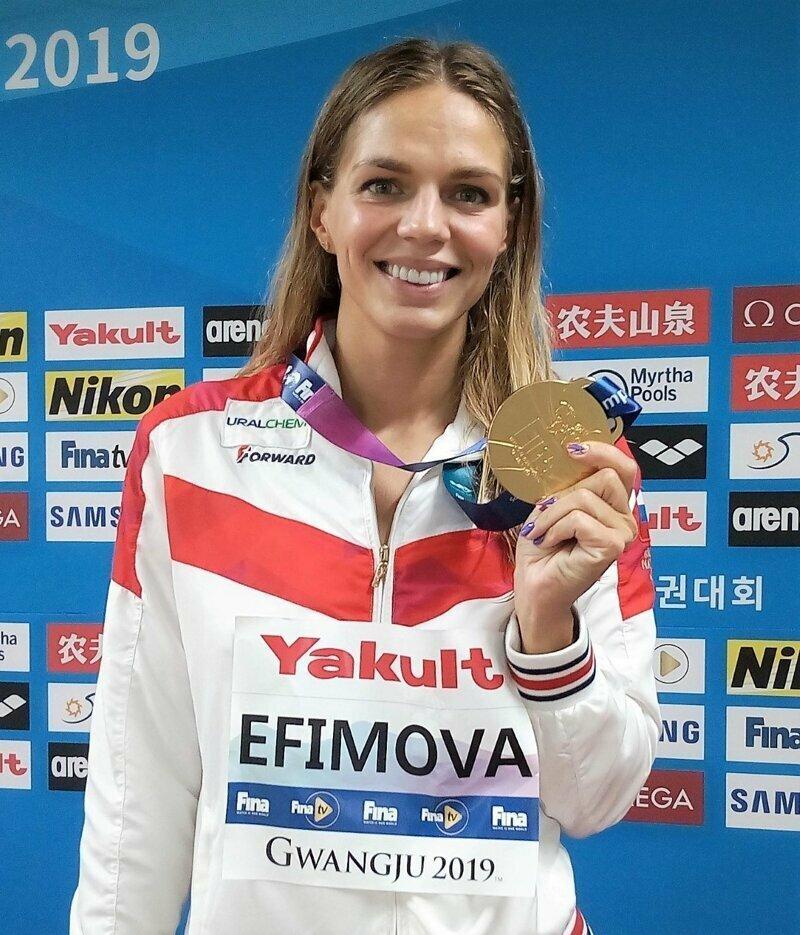Ранее россиянка Юлия Ефимова также выиграла золото, преодолев дистанцию 200 метров брассом.