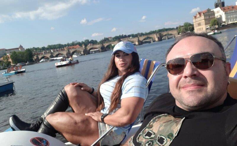 Супруг «русской амазонки» без ума от своей жены и носит её на руках
