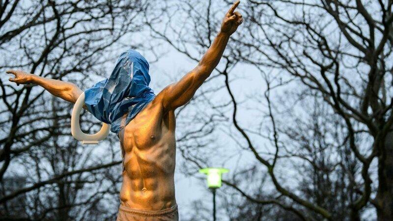 27 ноября фанаты не смогли сдержать обиду на любимого игрока и решили отыграться на его статуе.
