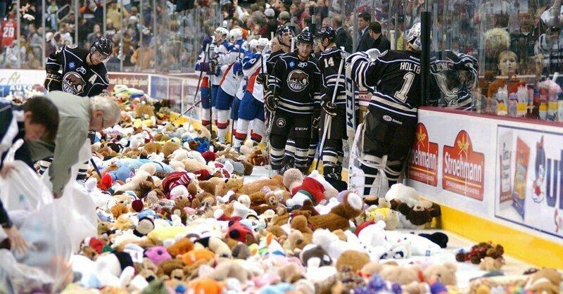 Американские фанаты установили рекорд, забросав арену игрушками