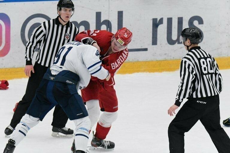 Российский защитник нокаутировал американца прямо на льду