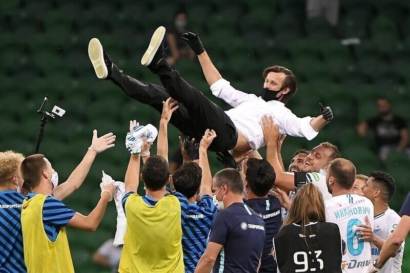После победы футболисты схватили тренера Сергея Семака и принялись подбрасывать его в воздух