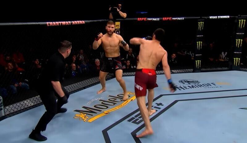Докривлялся: боец UFC сымитировал состояние грогги, чтобы заманить противника, но бой был остановлен