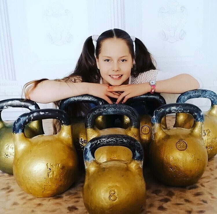 Российская школьница побила мировой рекорд по жиму горящей штанги