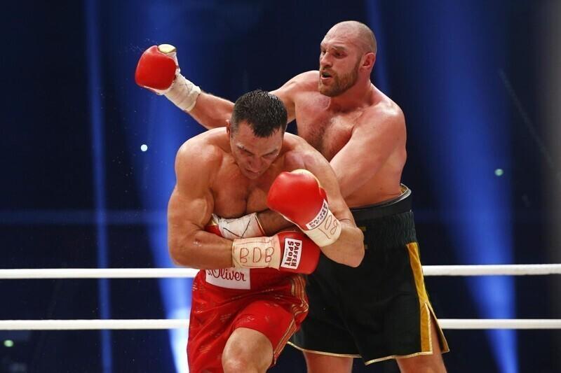 Боксер-тяжеловес Тайсон Фьюри обрушил потолок во время тренировки