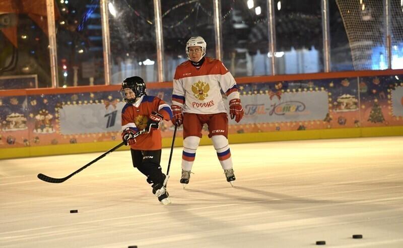 Путин исполнил мечту больного мальчика, сыграв с ним в хоккей у Кремля