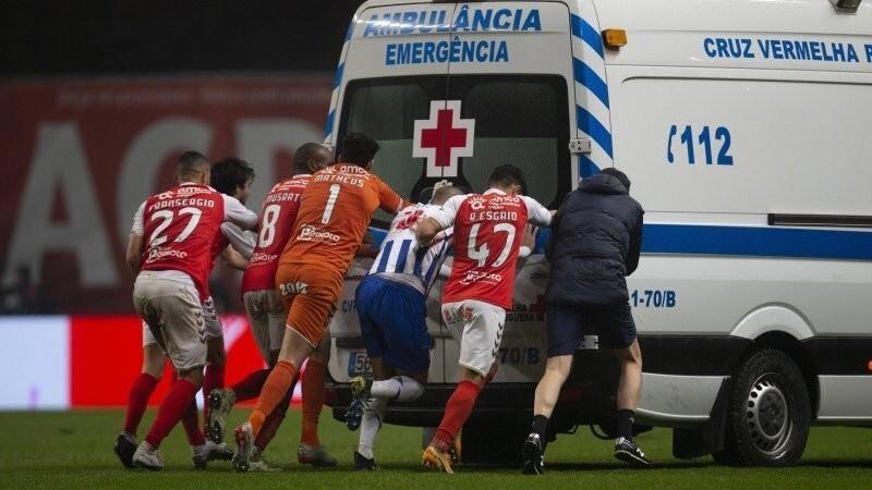 Футболистам пришлось толкать заглохшую на поле машину скорой помощи