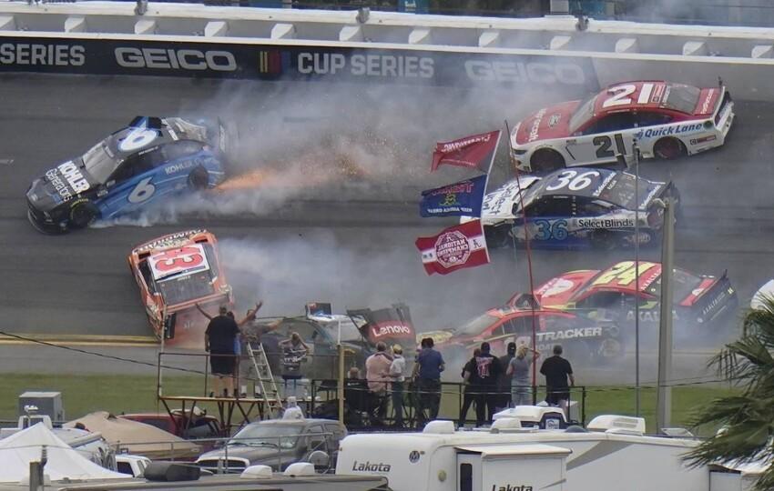 В гонке NASCAR произошла авария с участием 16 автомобилей