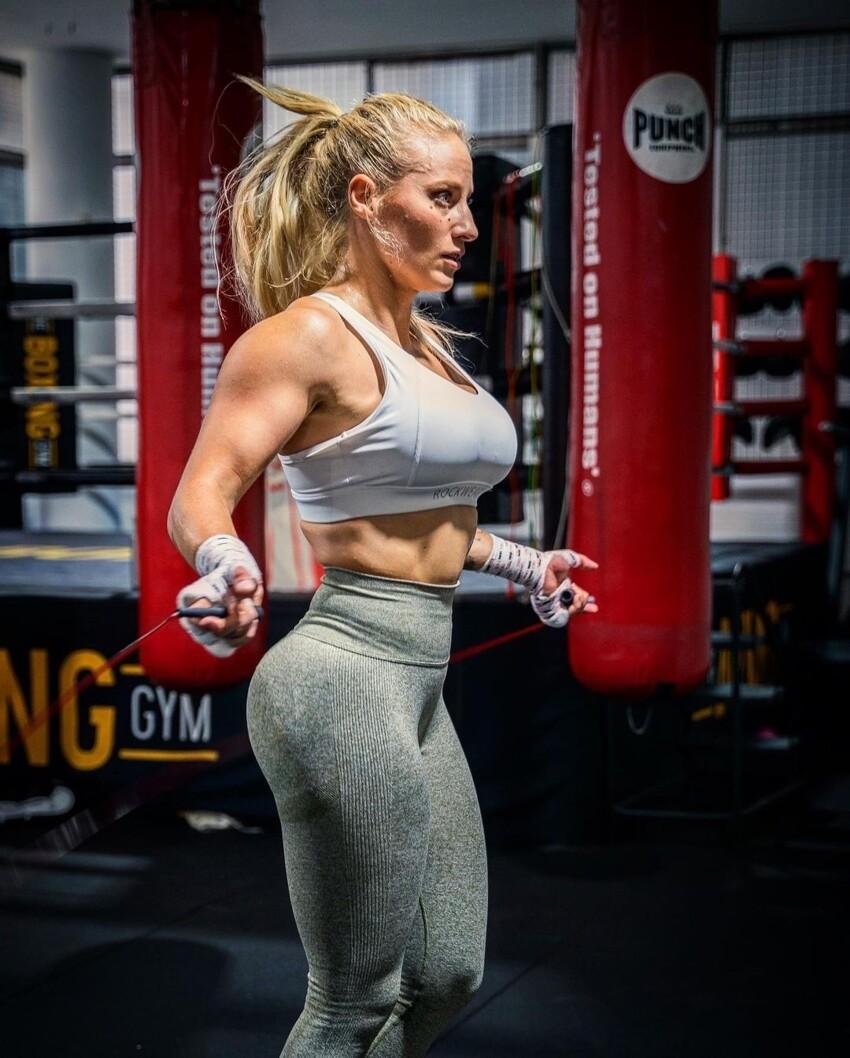 Девушку-боксера обвинили в неуважении к спорту из-за откровенного купальника на взвешивании