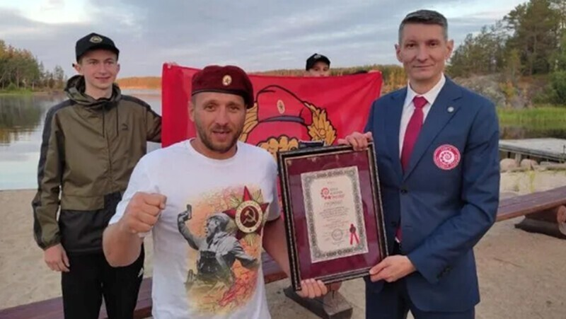 Петербургский бизнесмен переплыл Северную Ладогу и стал рекордсменом России