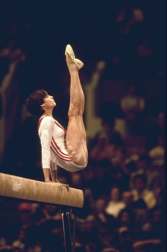 Мускулы 14-летней Нади Комэнечи - первой гимнастки, выполнившей упражнения на бревне на 10,0