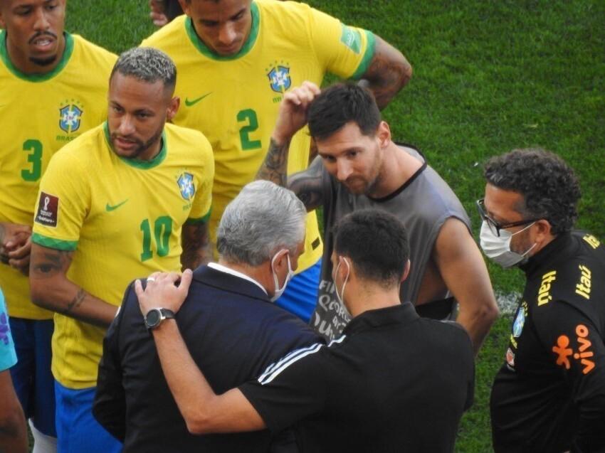 Полицейские прервали матч Бразилия - Аргентина, чтобы депортировать четверых футболистов