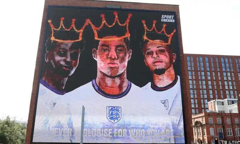 Граффити, посвящённое игрокам сборной Англии Маркусу Рашфорду, Джейдону Санчо и Букайо Саке