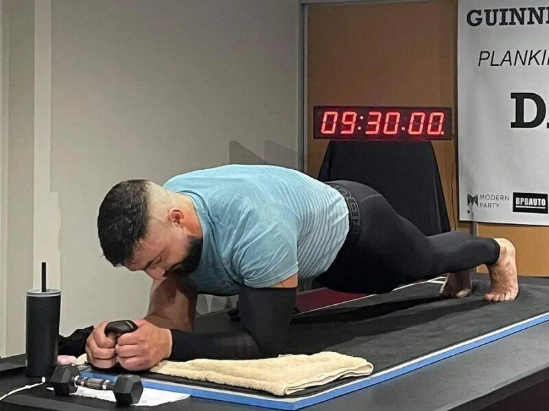 Мужчина, державший планку в течение 9,5 часов, смог установить новый мировой рекорд